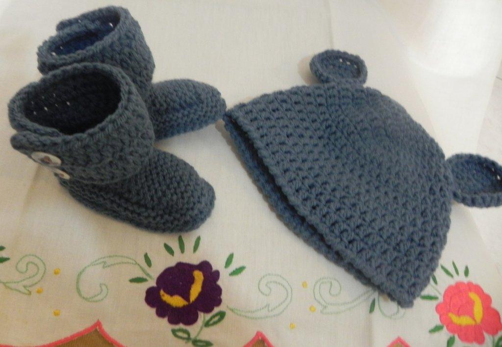 Stivaletti e cappellino con orecchie bimbo- bimba