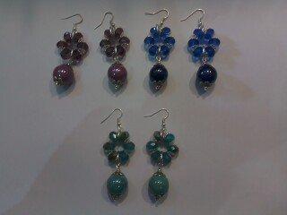 Orecchini con cerchio di mezzi cristalli e perla in ceramica