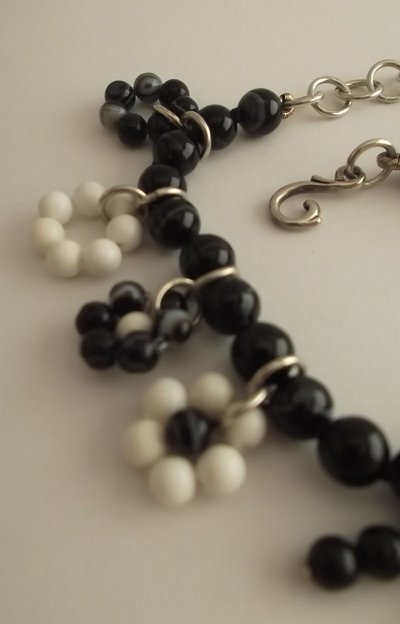 Bracciale di perle di agata nera e bianca con pendenti