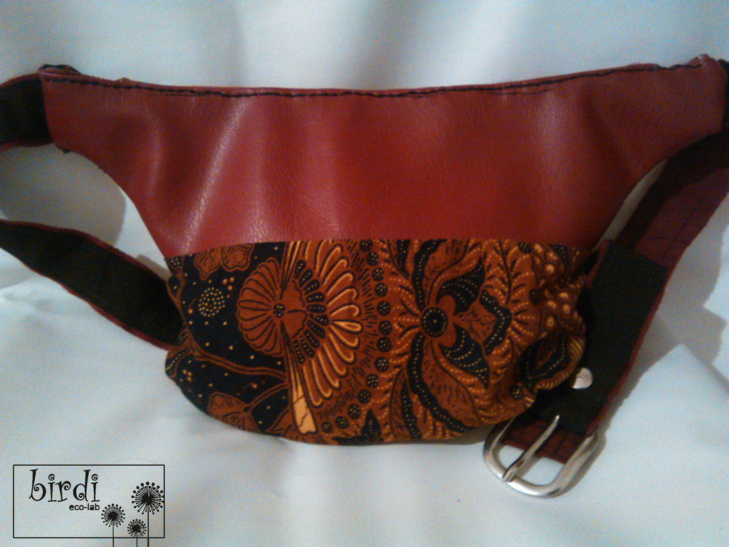 Marsupio in ecopelle rossa e tessuto afro RICICLO CREATIVO hand made