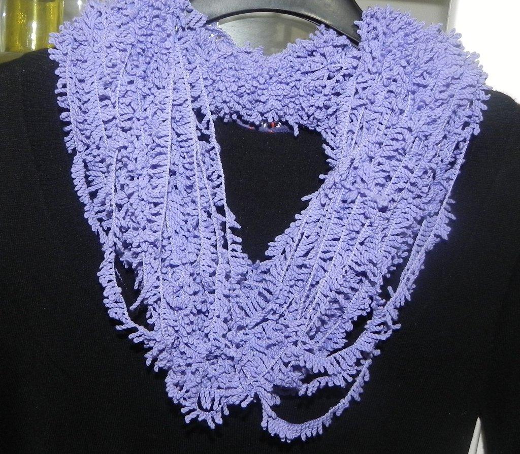 Sciarpa collana scaldacollo realizzata a mano in lilla