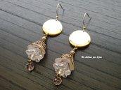 Orecchini con bottoni vintage in metallo dorato e ciondoli con perline di vetro e lucite