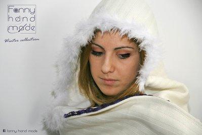 Sciarpa bianca con cappuccio e bordo di piumettr