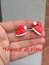 orecchini natalizi al lobo con cappelli di Babbo Natale