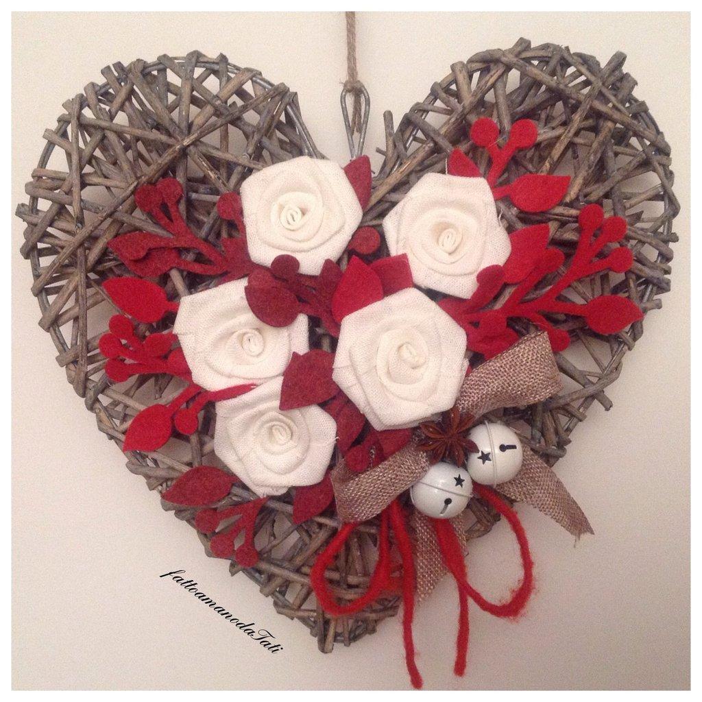 Cuore in vimini naturale con rose in lino bianco e rametti rossi