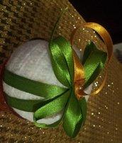 Palline in lana beige con nastri oro e verde