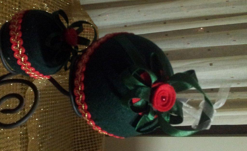 Palline verde scuro con decorazioni rosso e oro