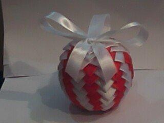 Palla pigna con nastri bianchi e rossi