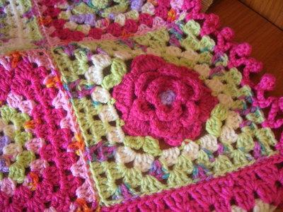Copertina a mattonelle multicolore con rosa in rilievo realizzata a