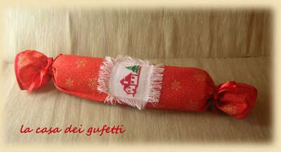 Matterello rivestito in stoffa rossa con ricamo a punto croce