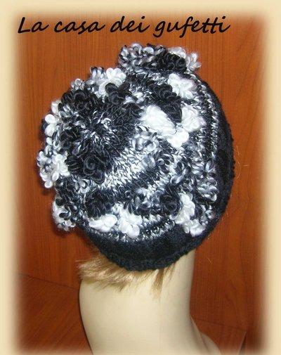Cappello donna nero e bianco realizzato ai ferri con lana moda