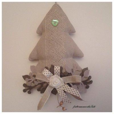 Albero decorato in cotone naturale con pizzo e cuore in madreperla verde