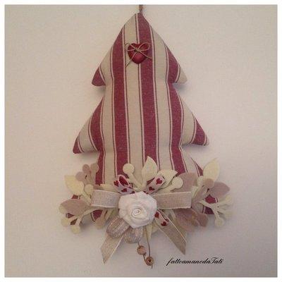Albero decorato in cotone a righe bordò e bottone a cuore rosso