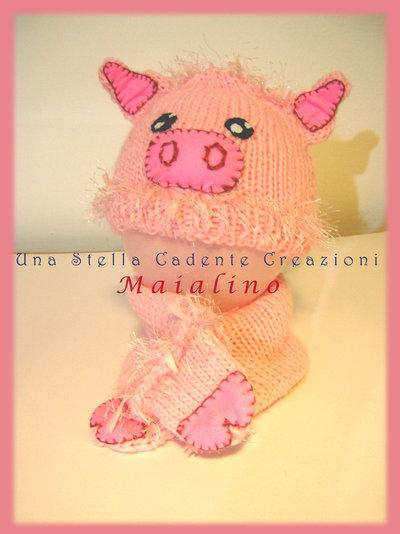 """Cappello e scaldacollo - """" Maialino"""" - Completo di accessori di lana per bambino/a - lavorato e decorato a mano."""
