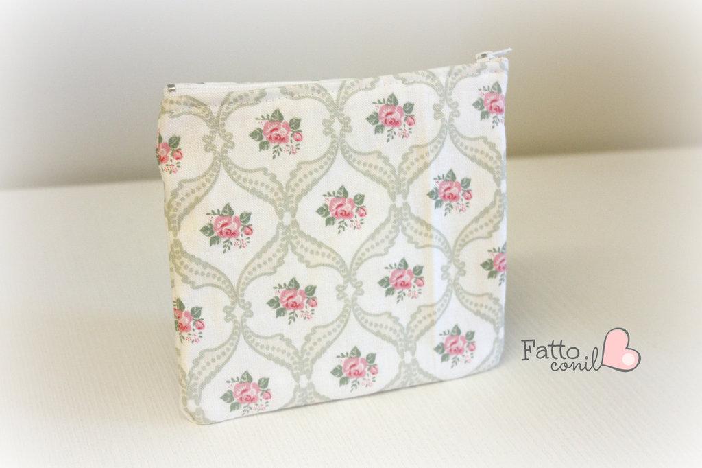 bustina portatutto da tenere in borsetta realizzata interamente a mano in tessuto romantic chic