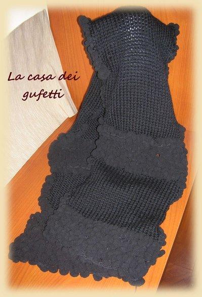 Promozione natalizia -Sciarpa nera da donna realizzata con lana tradizionale e lana a palline-