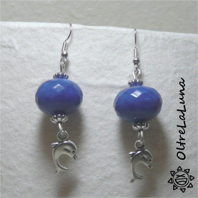 Orecchini con pietre in resina blu e delfini pendenti
