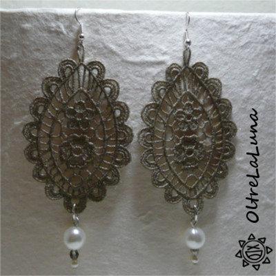 Orecchini pendenti in macramè beige e perle