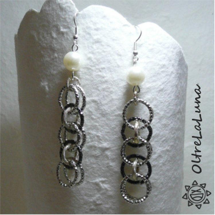 Orecchini in catena di alluminio e perle