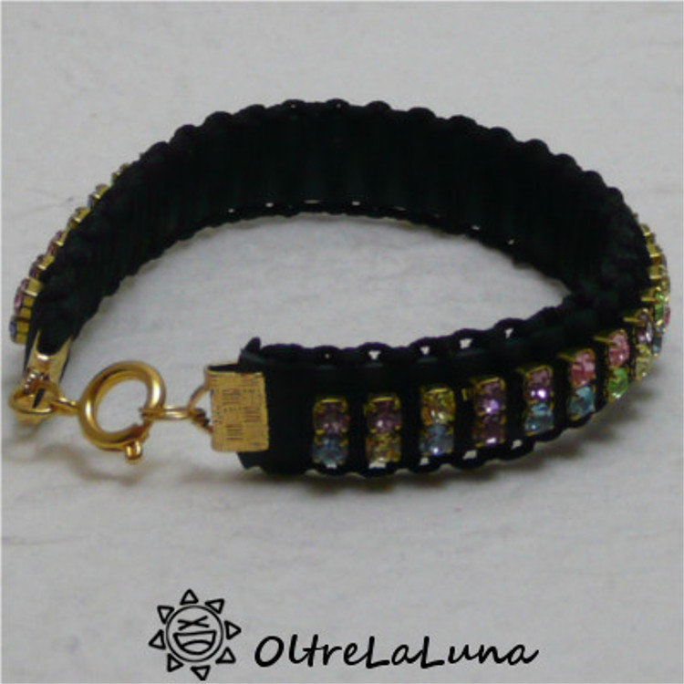 Claudia – bracciale nero in caucciù con strass multicolori