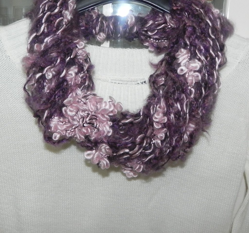 Sciarpa collana con fiore realizzata a mano toni del viola + rosa