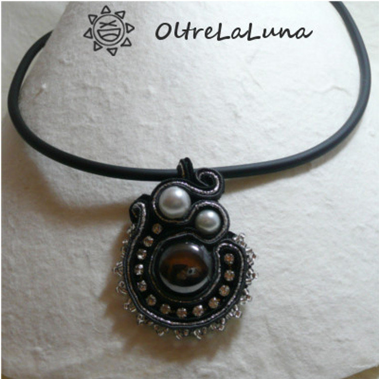 Collana con pendente in soutache perle e strass