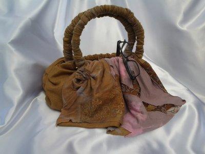 Borsa in tessuto marrone e pettorina in maglina con inserti di voile