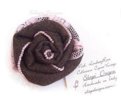 Spilla shabby chic con lana riciclata, pizzo e perline ricamate - modello LindsayRose, serie Accessori.