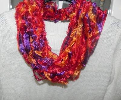 Sciarpa collana fatta a mano multicolore con un tocco di lamè