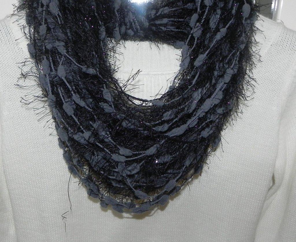 Sciarpa collana fatta a mano grigio-nero con lamè