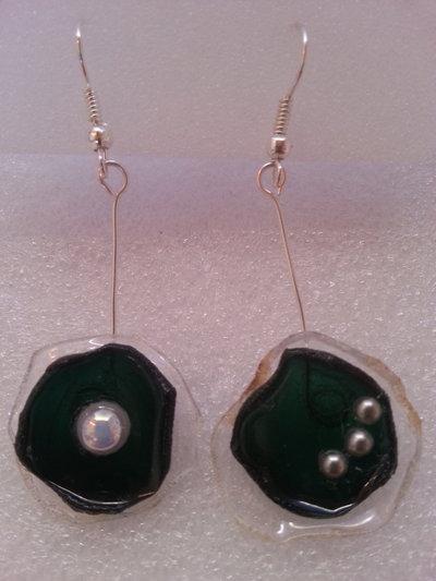 Orecchini pendenti asimmetrici in plastica riciclata e perline fatti a mano -Romantic shell.