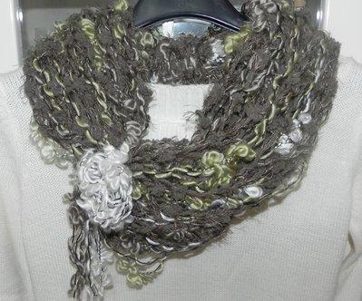 Sciarpa collana fatta a mano con fiore e piuma toni del verde scuro