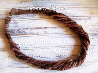 collana in lana sfumata e perline