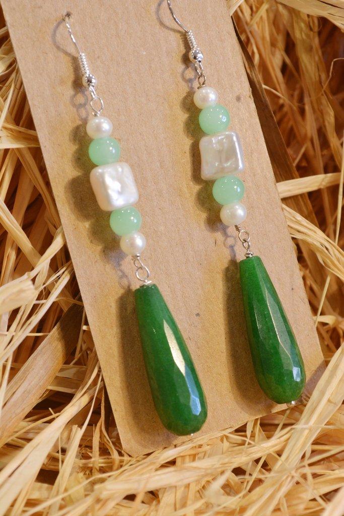 Orecchini lunghi con gocce color smeraldo