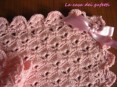 Copertina di lana rosa per passeggino o port-enfant lavorata all'uncinetto