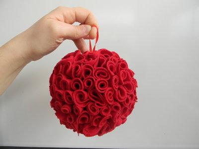 Palla natalizia con rose in tessuto