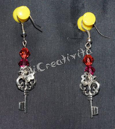 Orecchini con chiavi e perline