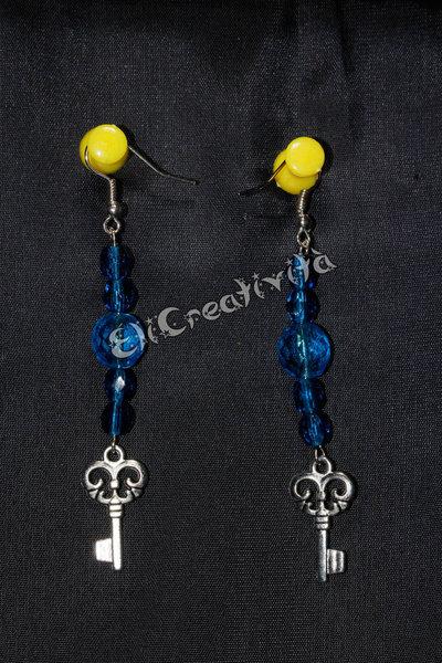 Orecchini con chiavi e perle blu