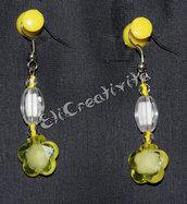Orecchini con fiori gialli e perline bianche