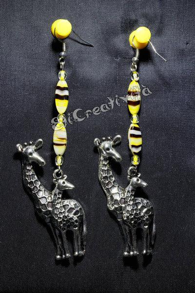 Orecchini con giraffe e perline gialle zebrate