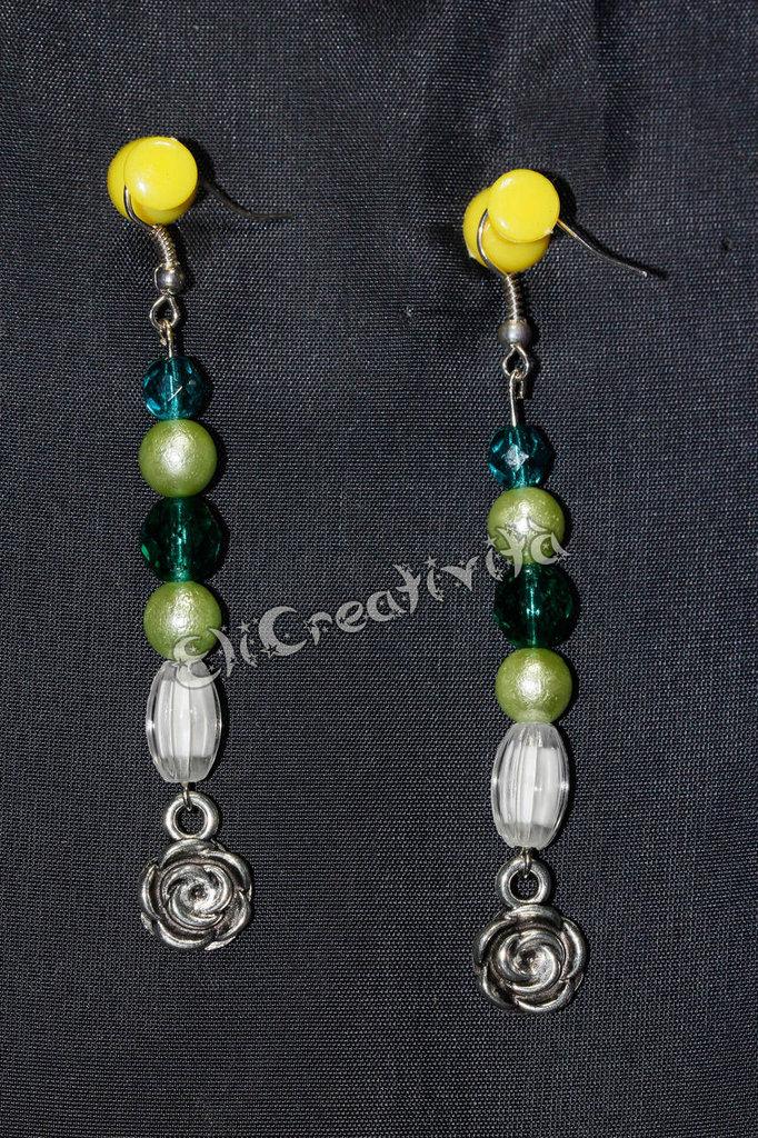 Orecchini con rose argentate/nere e perline bianche  verdi in varie tonalità