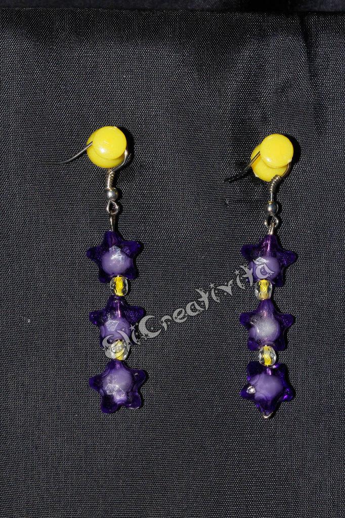 Orecchini con stelline viola e perline gialle