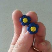 Mini orecchini a lobo fiore blu fimo