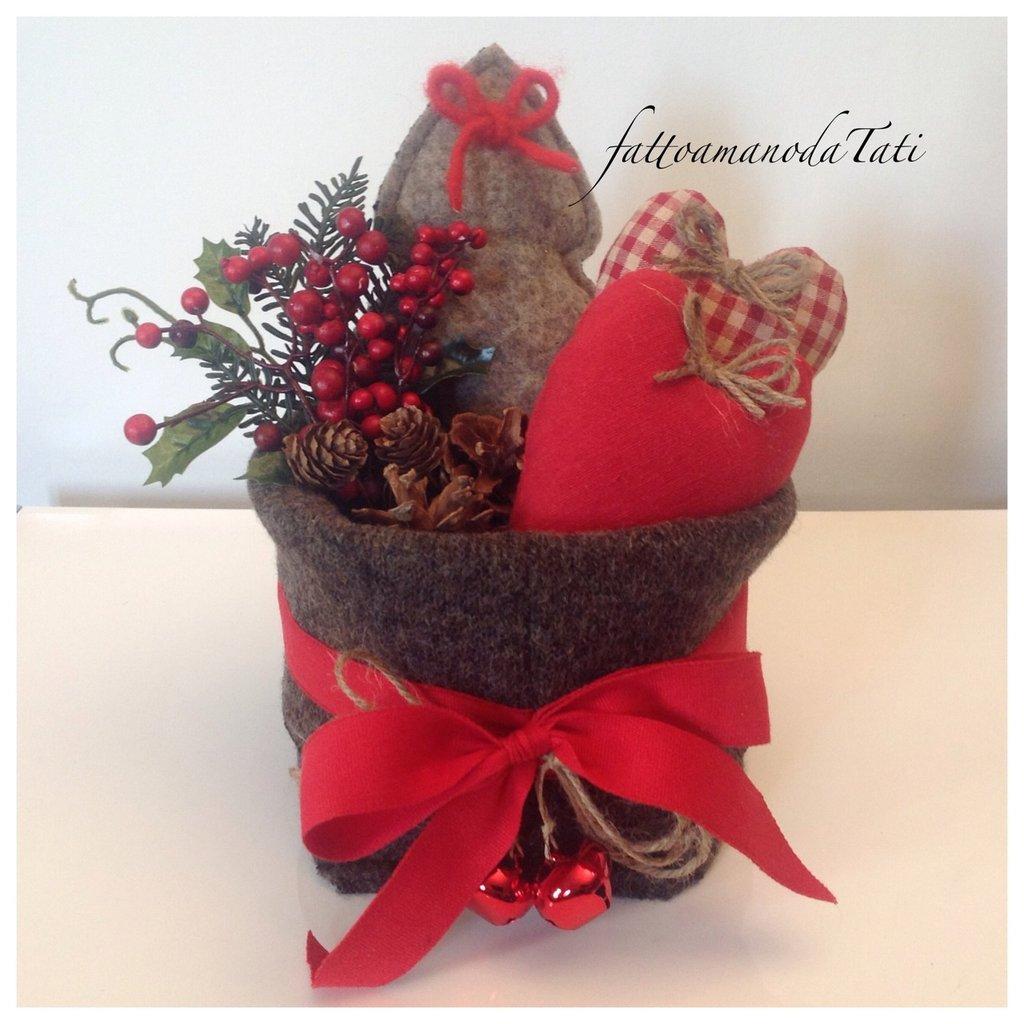Cestino natalizio in lana cotta con cuori e alberello