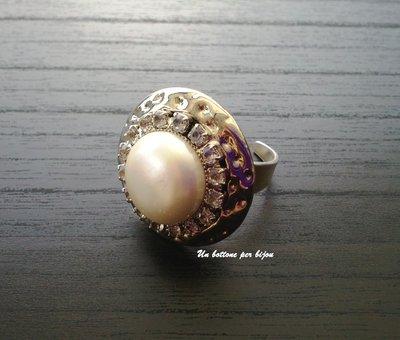 Anello con bottone vintage in metallo argentato,perla e strass