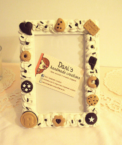 Cornice decorata con panna e biscotti in fimo