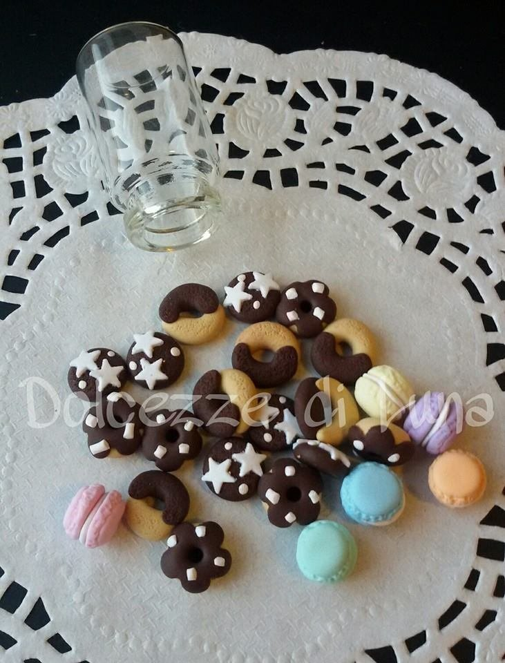 10 pezzi miniatura  a scelta di abbracci,pan di stelle,macaron, ciambelle misura 1 cm scarso, ideali per le bottigliette da collana!