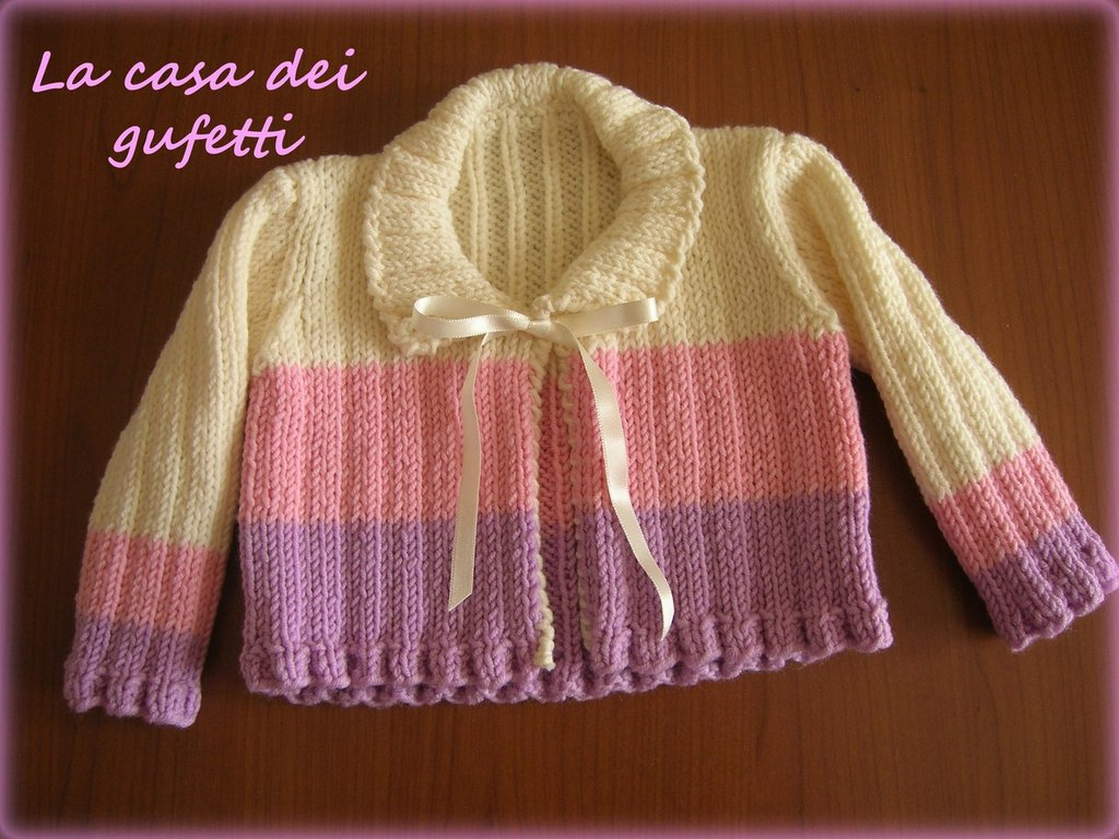 Maglioncino panna a righe rosa e lilla con fiocco di raso lavorato ai ferri per neonata