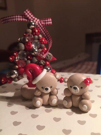 Addobbo natalizio con alberello e orsacchiotti