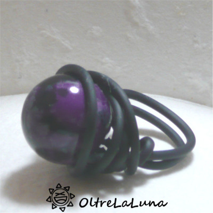 Anello in silicone e grande pietra viola